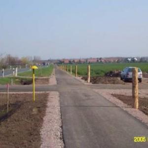 Radweg und Brücke entlang der B4